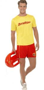 Junger Mann mit gelbem Baywatch T-Shirt und roter Badehose
