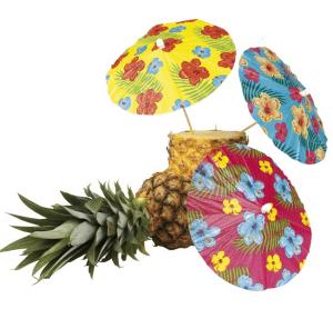 Drei Deko Cocktailschirmchen in einer Ananas