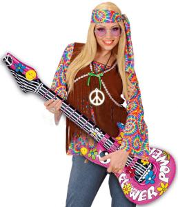 Frau mit aufblasbarer Gitarre in den Händen