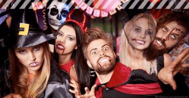Halloween Figuren - beliebte Halloween Kostüme: Freunde beim Feiern in unterschiedlichen Halloween Kostümen