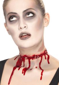 Frau mit aufgeklebter Stacheldraht Verletzung am Hals