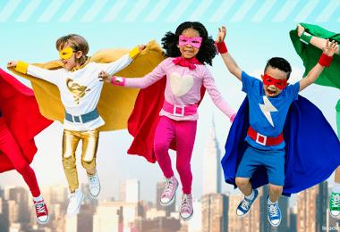 Fünf Kinder verkleidet als Superhelden