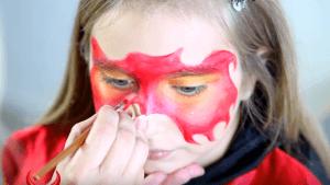 Kinderschminken Teufel Konturen mit Pinsel