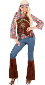 Frau mit blonder Perücke im Hippie Kostüm