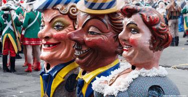 Drei übergroße Karnevalsfiguren
