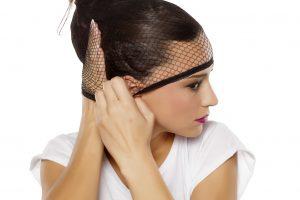 Haarnetz aufsetzen