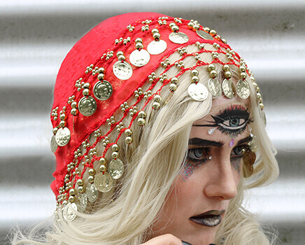Wahrsagerin schminken - Kopftuch mit Münzen
