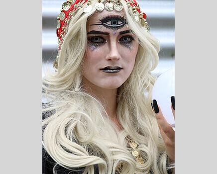 Wahrsagerin schminken - blonde Perücke