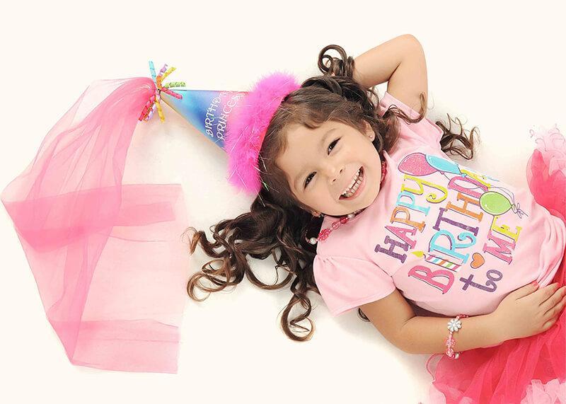 kleines Mädchen im Prinzessinnenkostüm
