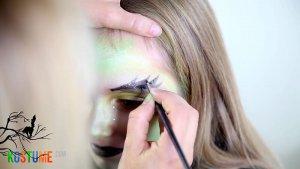 Hexen Augenbrauen bei Kindern schminken