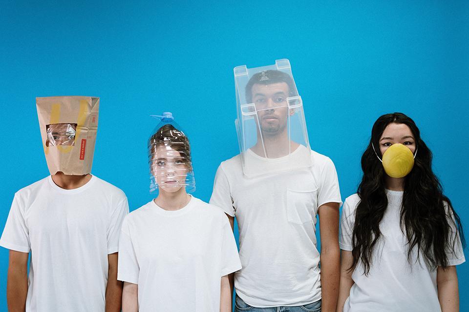 Vier Menschen mit alternativen Masken