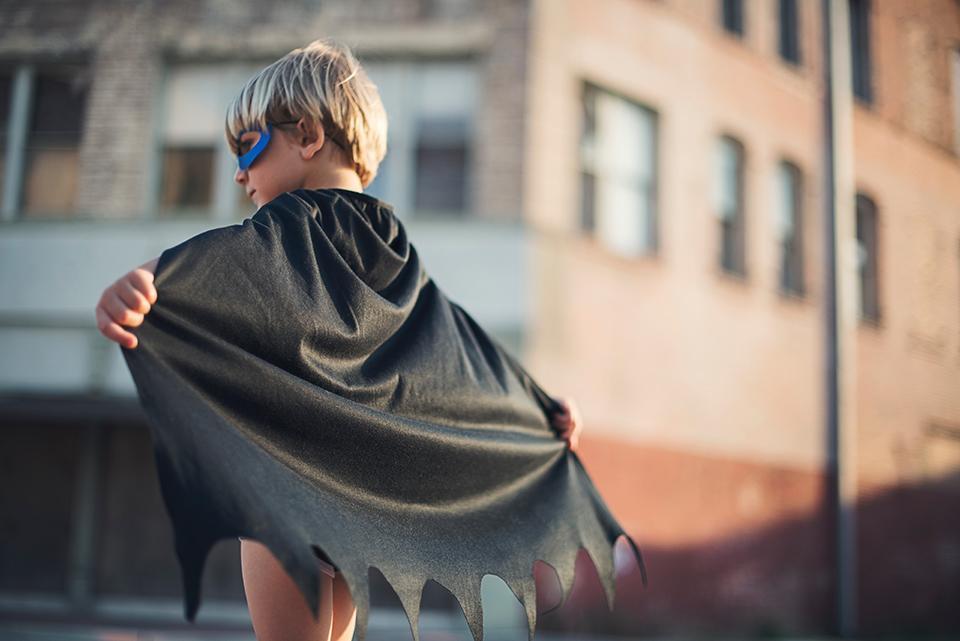 Kind mit Superheld Umhang