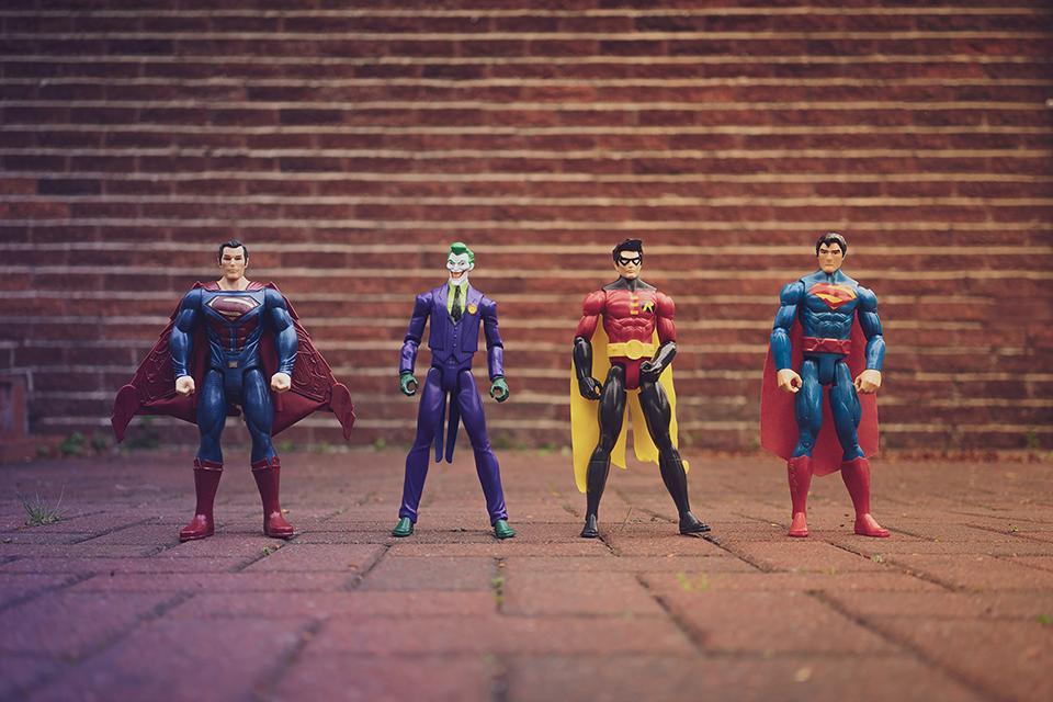 Superhelden Spielfiguren nebeneinander aufgestellt