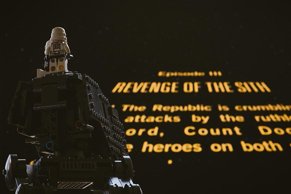 Star Wars Lego schaut auf Leinwand