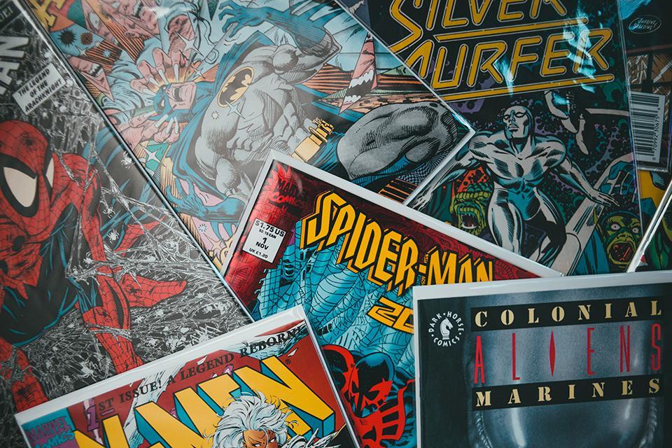 Stapel mit Superhelden Comics