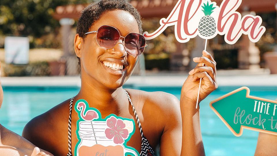 Frau mit Hawaii Party Foto Accessoires