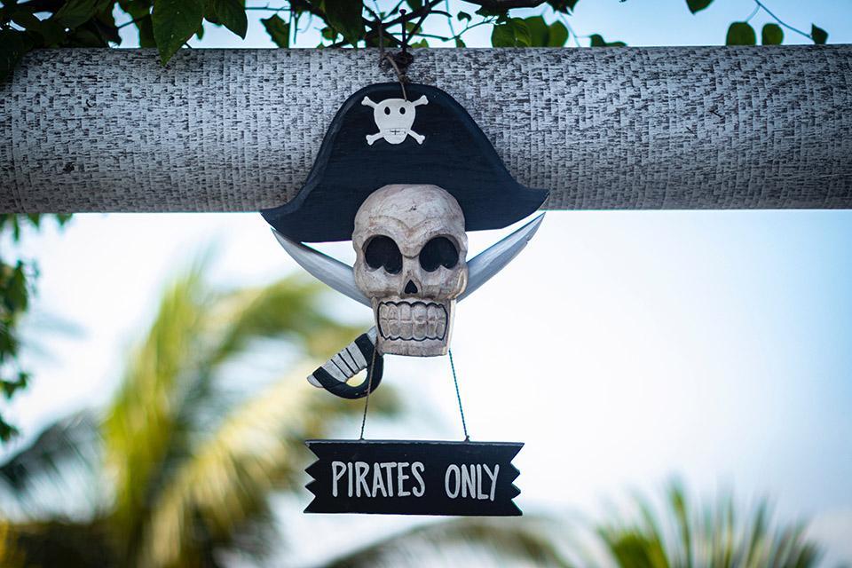 Pirates only Schädel mit Piraten Symbol