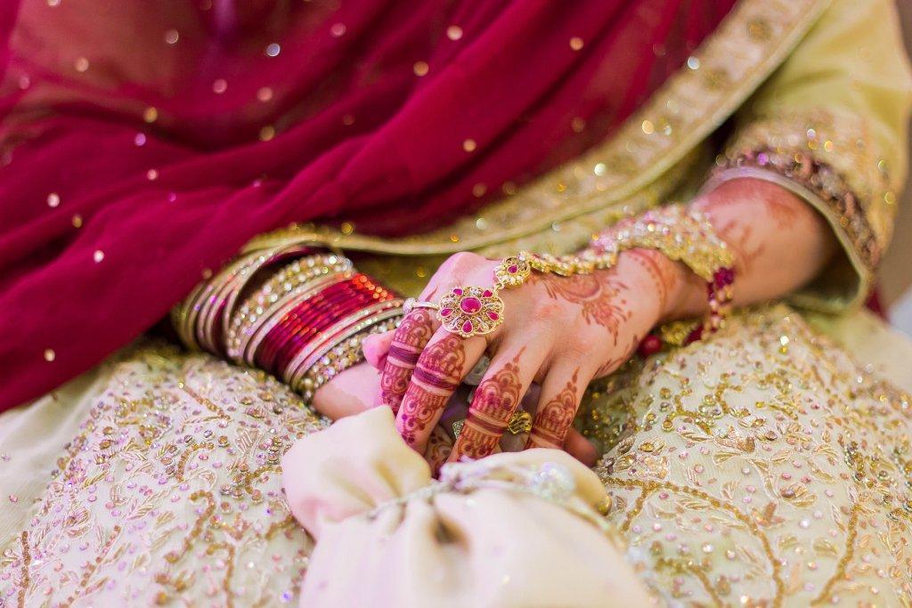 Indische Frau mit Handbemalung und Schmuck